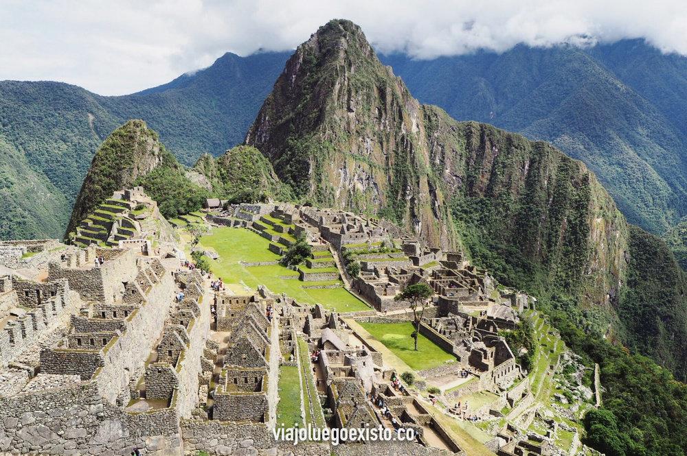 Vista de las ruinas de Machu Picchu, con la montaña Huayna Picchu de fondo.
