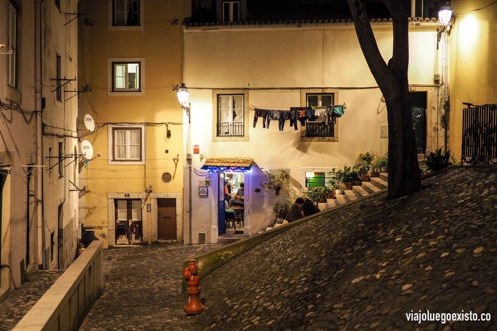 Barrio de Mouraria de noche. En esta plaza está el restaurante vegano The Food Temple.