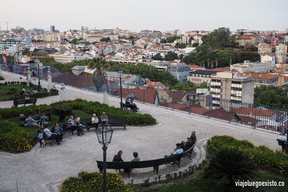 Mirador de San Pedro de Alcántara. Por la noche hay mucha gente tomando algo y disfrutando de las vistas.