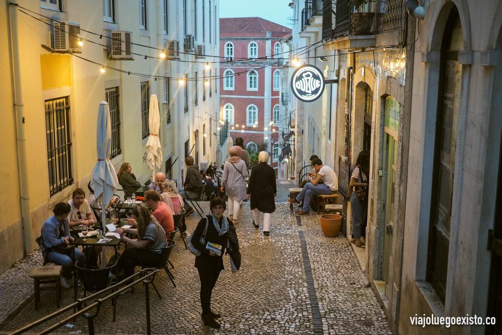 Escaleras de Calçada do Duque en Bairro Alto, aquí encontrarás muchos lugares con encanto para cenar o tomar algo.