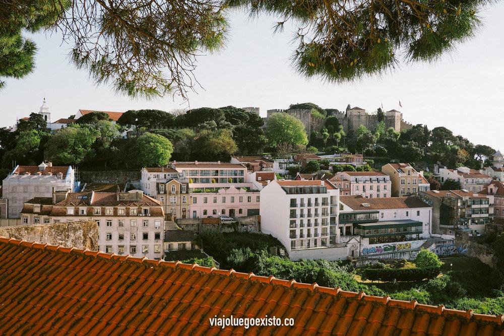 Vistas del castillo de San Jorge desde el mirador de Graça.