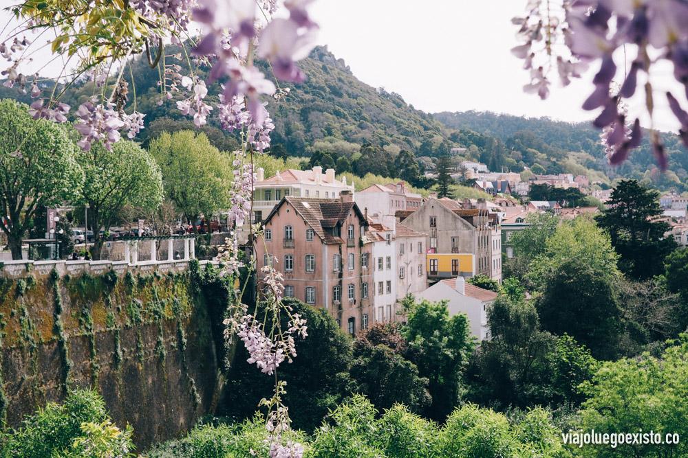 Vistas de Sintra, un bonito y turístico pueblo rodeado de montañas y castillos.