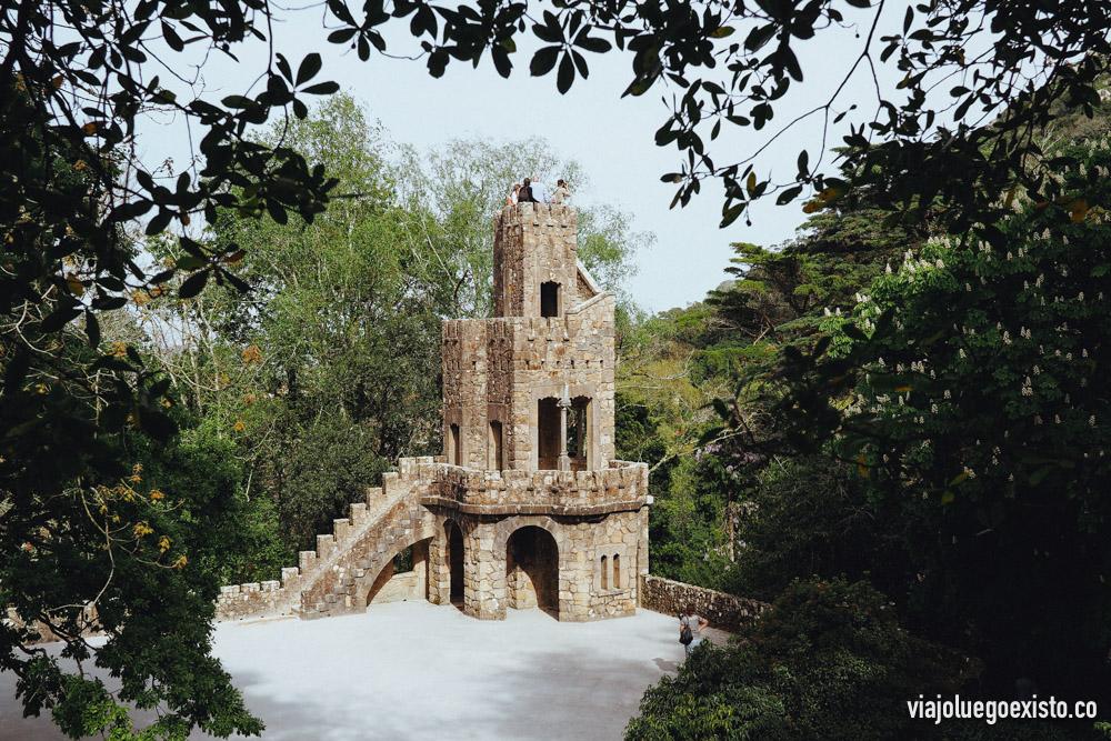 Una torre en Quinta da Regaleira, en cualquier momento aparecen los caballeros.