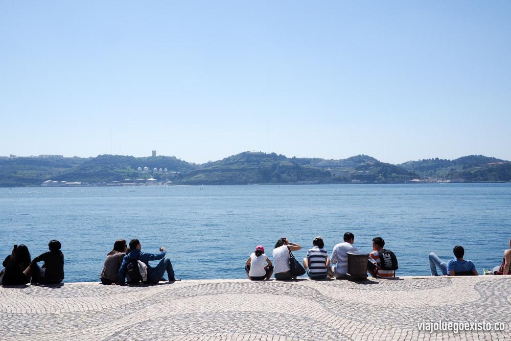 Gente a la orilla del Tajo, en los alrededores del Monumento a los Descubrimientos