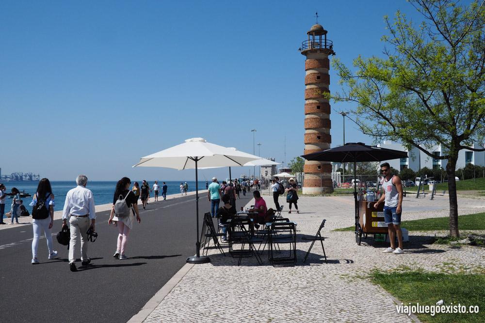 Paseo que une el Monumento a los Descubrimientos y la Torre de Belém.