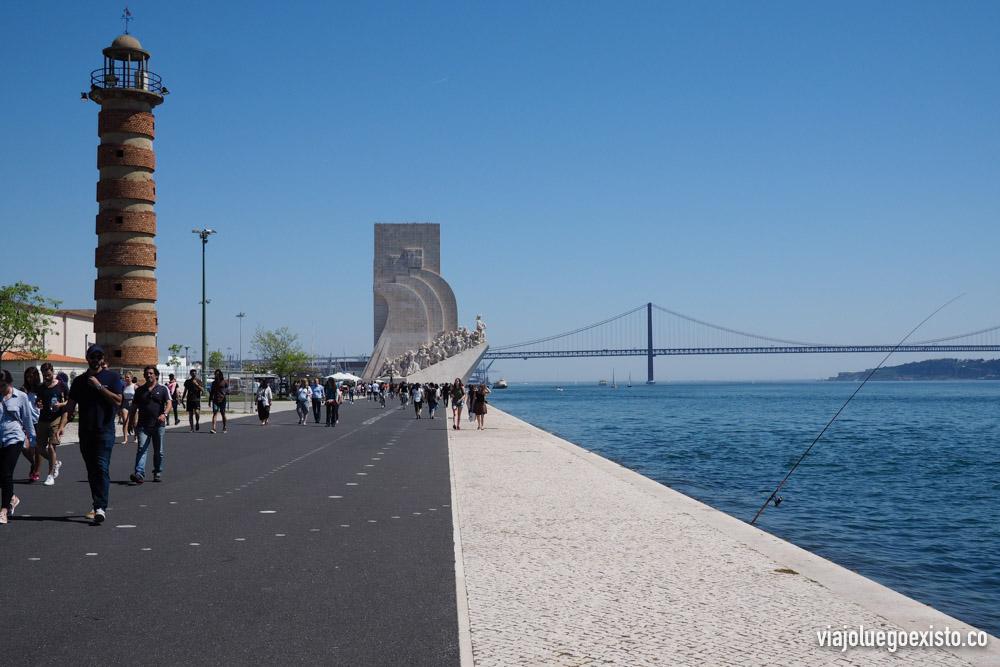 Paseo que une el Monumento a los Descubrimientos y la Torre de Belém, con el puente 25 de Abril de fondo.
