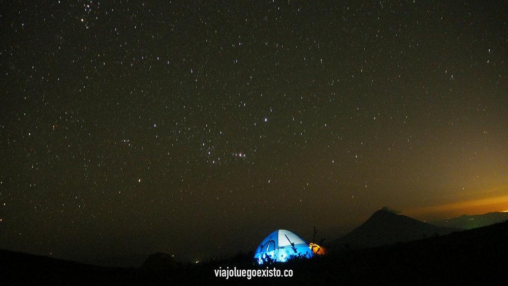El Hoyo, en Nicaragua. Nuestra tienda de campaña con el volcán Momotombo de fondo y un gran manto de estrellas.