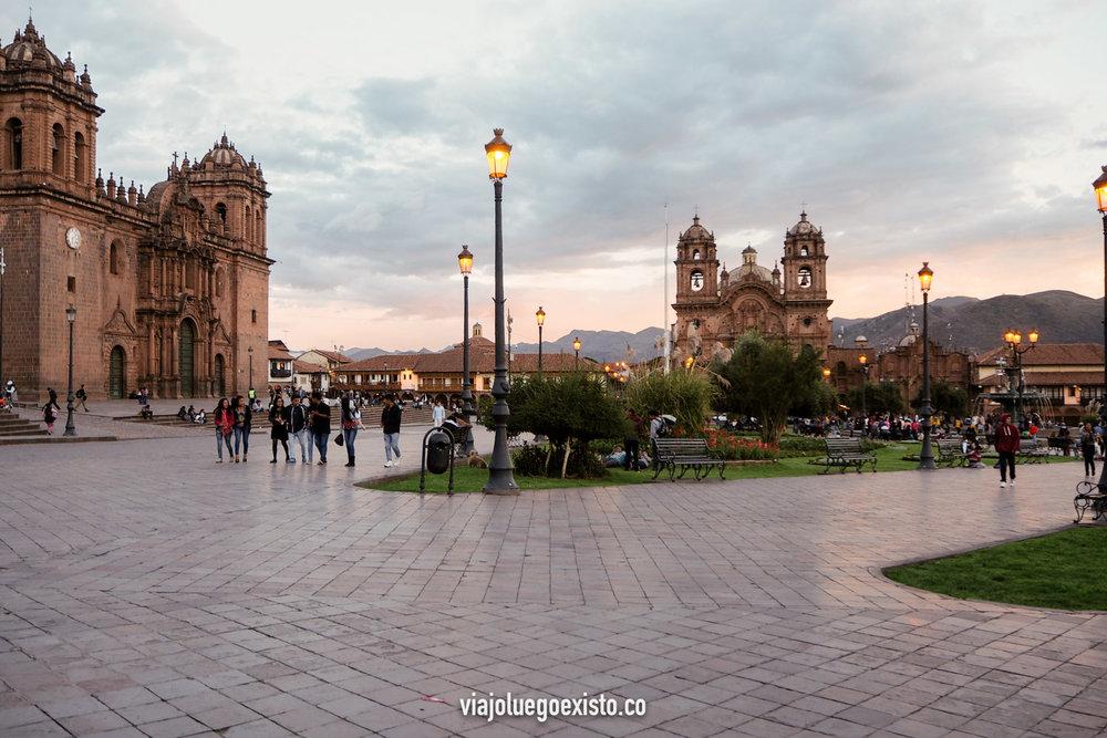 Plaza de Armas, con la Catedral de Cuzco a la izquierda y la iglesia de la Compañía de Jesús al fondo.