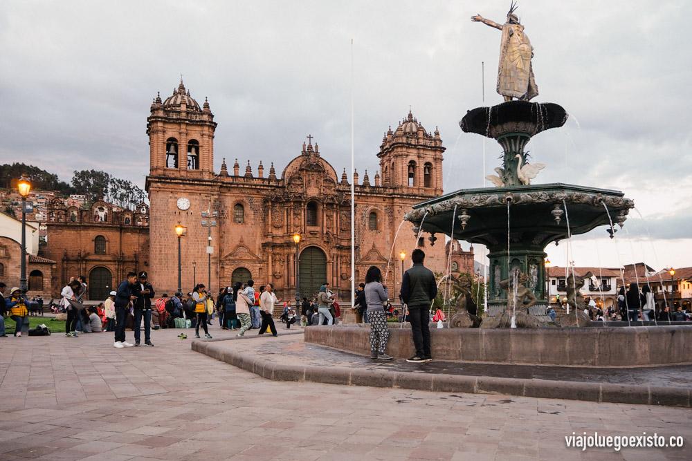 La Plaza de Armas, con la estatua de Pachacútec y la Catedral de Cuzco al fondo