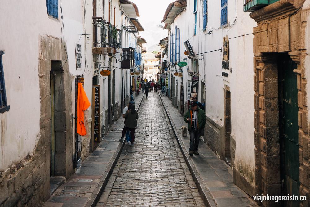 Calle Procuradores, en esta pequeña calle que da a la Plaza de Armas puedes reservar las diferentes excursiones para el Valle Sagrado, así como también el transporte a la hidroeléctrica (para ir a Machu Picchu por tu cuenta)