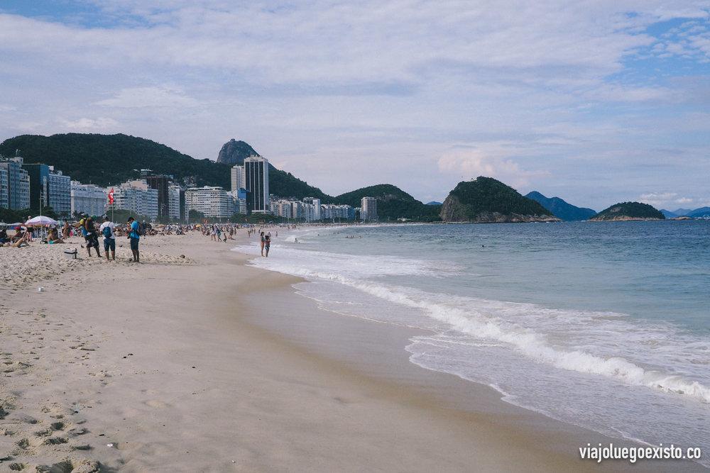 Playa de Copacabana, con el Pan de Azúcar de fondo