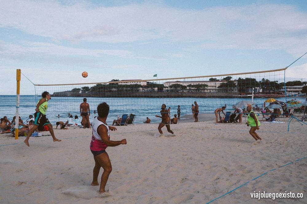 Jugando a futvolley en Copacabana