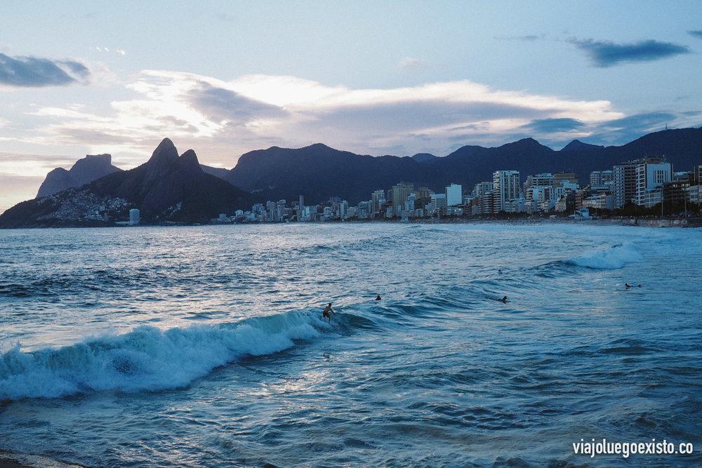 Surfistas disfrutando de las últimas olas del día en Ipanema