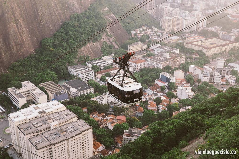 Teleférico que sube desde playa Vermelha a Morro da Urca