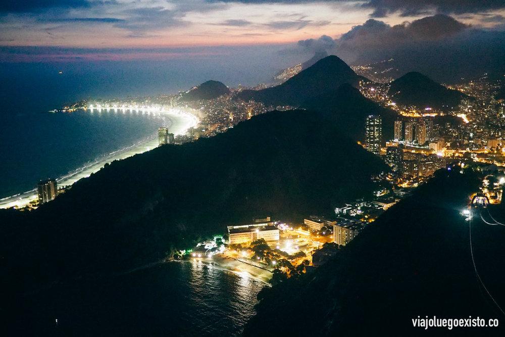 Vistas de Playa Vermelha de noche, al fondo se ve la Playa de Copacabana