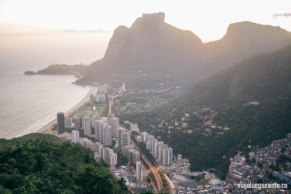 De camino a Morro Dois Irmãos, vistas a São Conrado, y en la esquina se ve como empieza la favela Rocinha