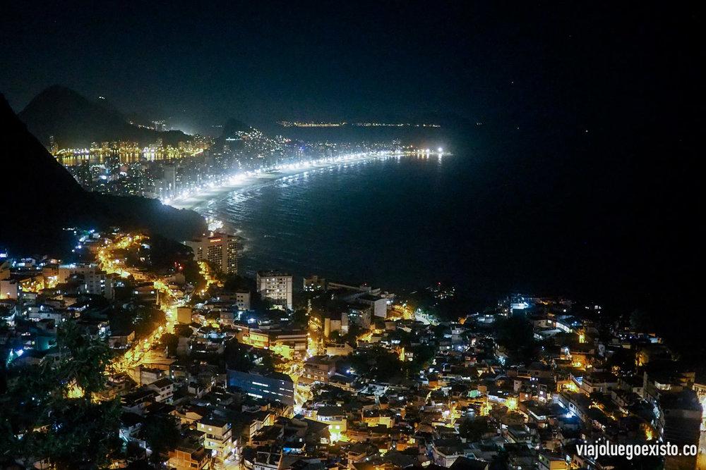 Vistas desde Vidigal, se ve parte de la favela y al fondo las playas de Leblon e Ipanema
