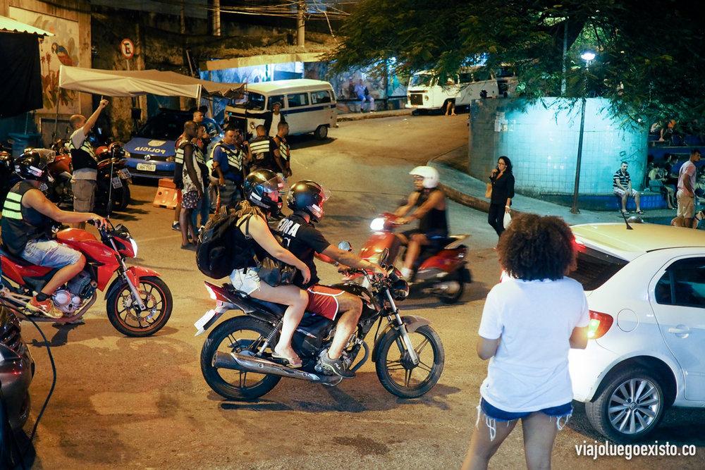 Entrada de la favela Vidigal, donde a cualquier hora hay moto taxis, coches y furgonetas