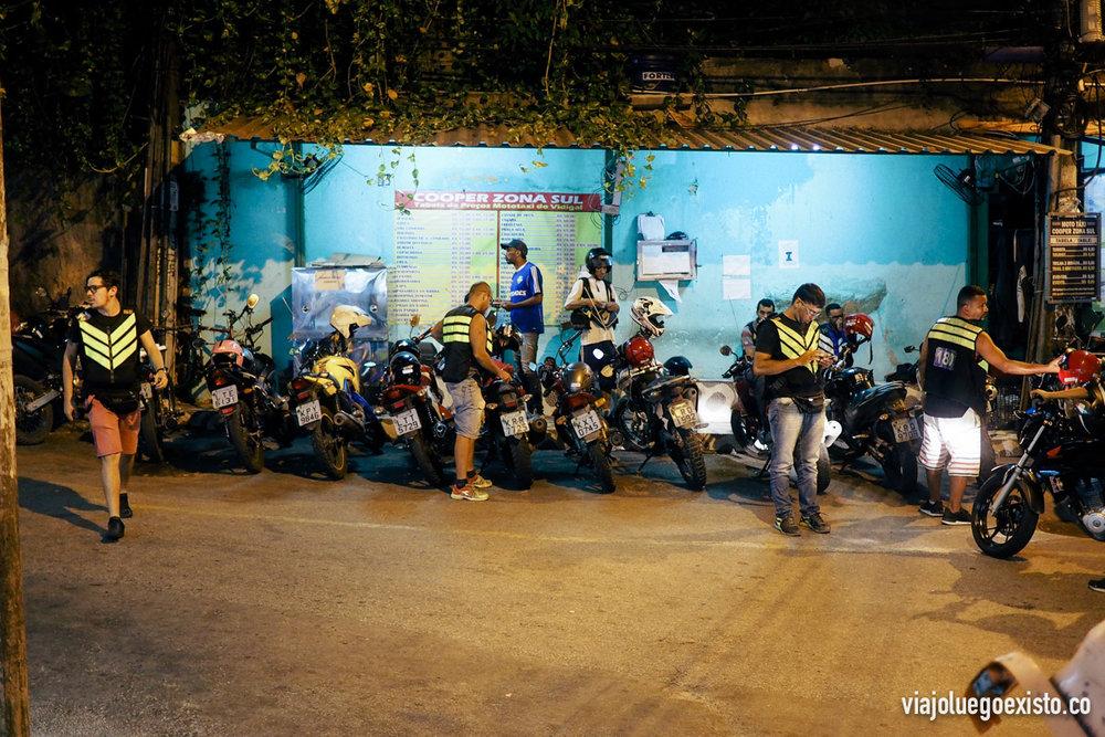 Parada de moto taxis en la entrada de la favela Vidigal