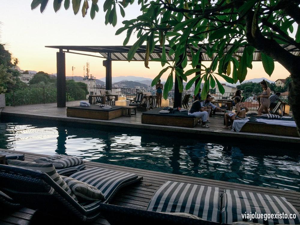 Terraza con piscina del MGallery Santa Teresa Hotel, un sitio ideal para ver la puesta de sol
