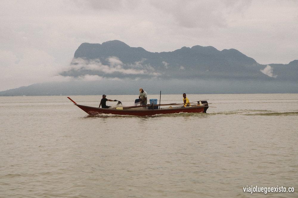 De camino a Bako nos encontramos unos locales pescando