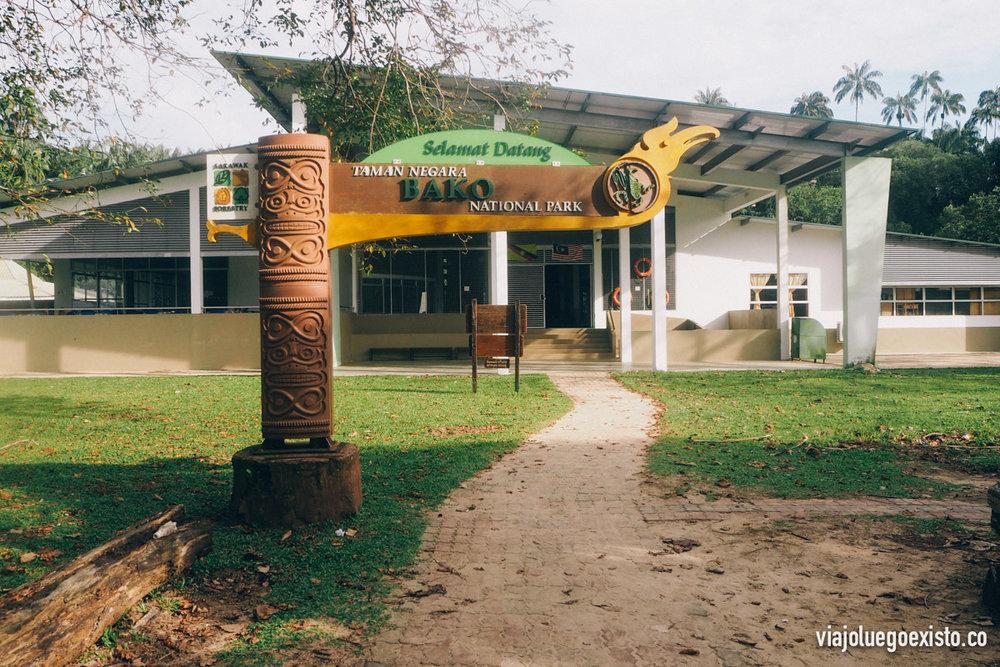 Entrada principal del restaurante y la oficina de registro en Bako