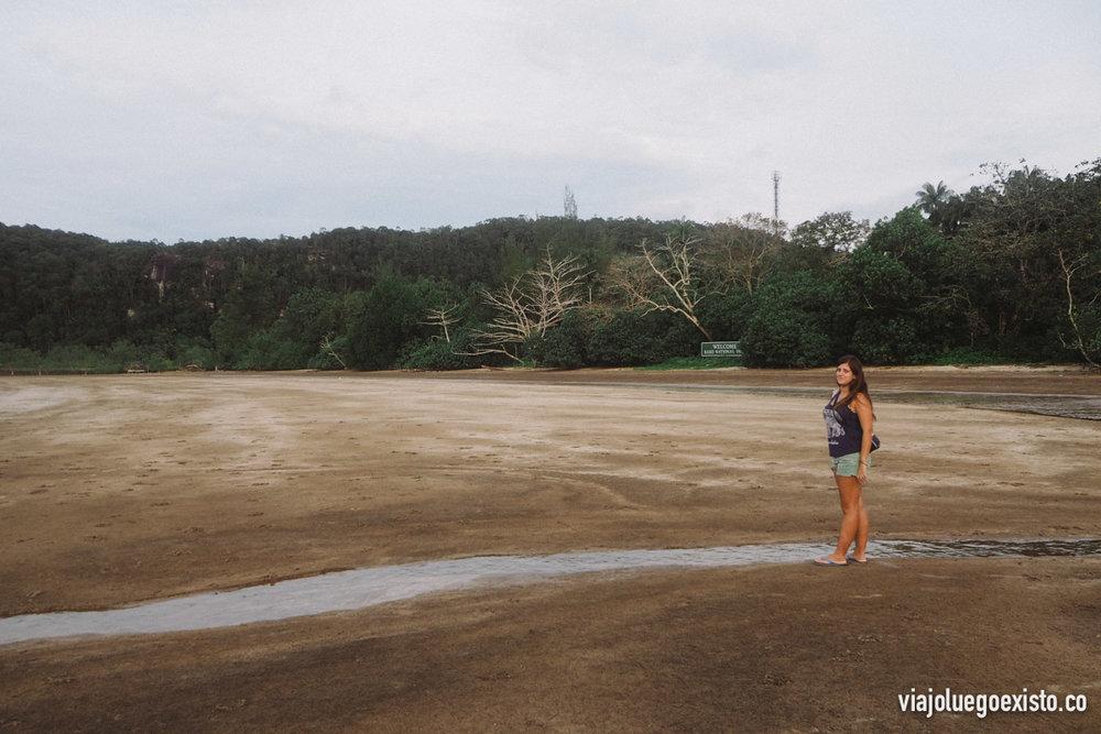 Tam disfrutando de la playa, aunque el baño está prohibido debido a que hay cocodrilos