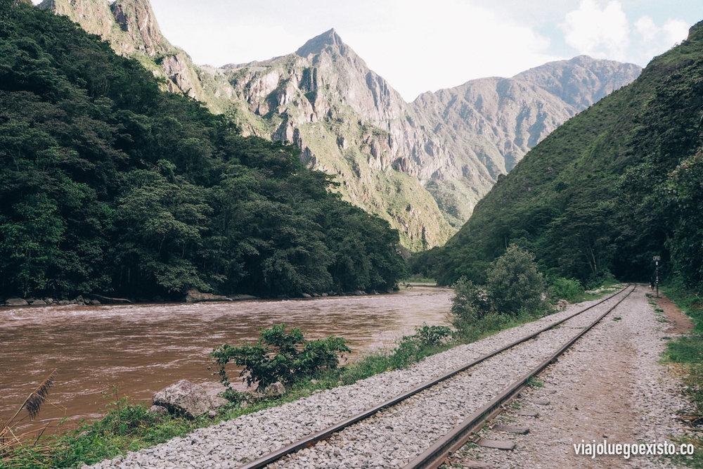 Un tramo de las vías que pasa por al lado del río formando un paisaje increíble