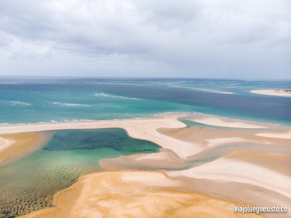 El increíble paisaje que forman las dunas cuando llegan al mar en Bazaruto