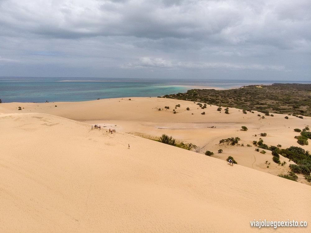 Otra vista desde las dunas de Bazaruto donde se ve vegetación al fondo