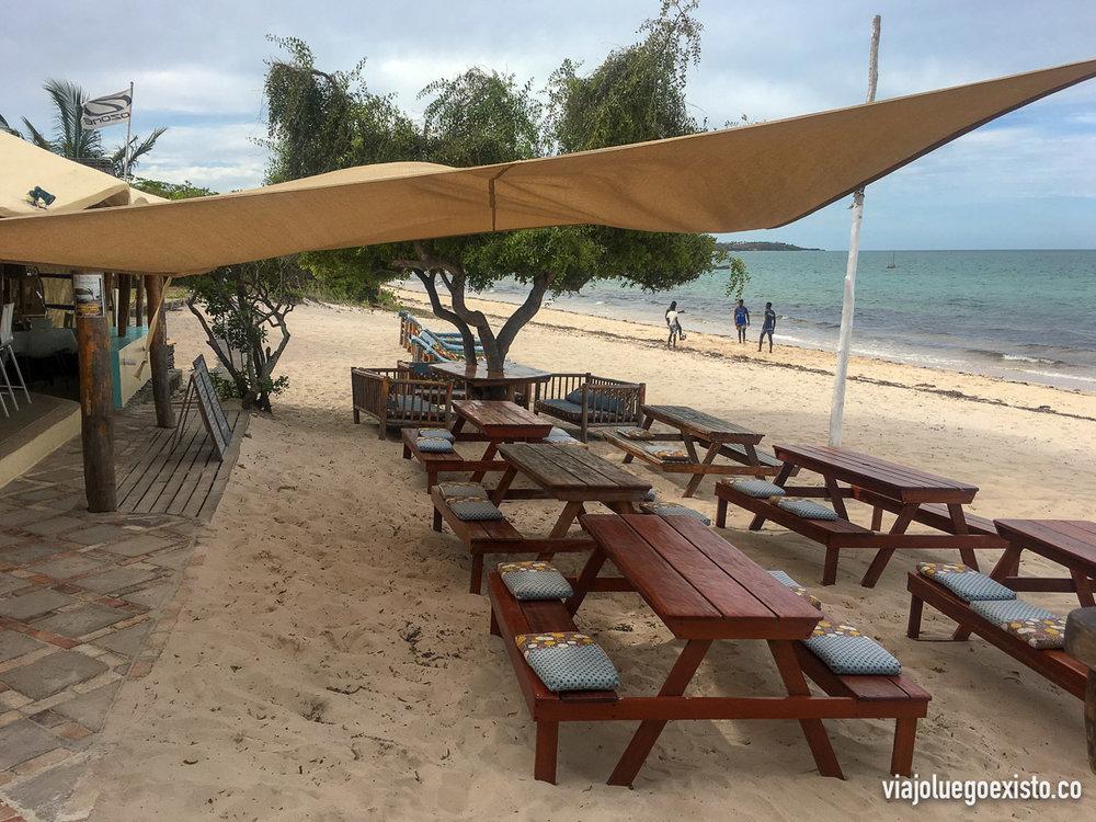 Restaurante Casbah, directamente en la playa, con comida muy rica y tumbonas