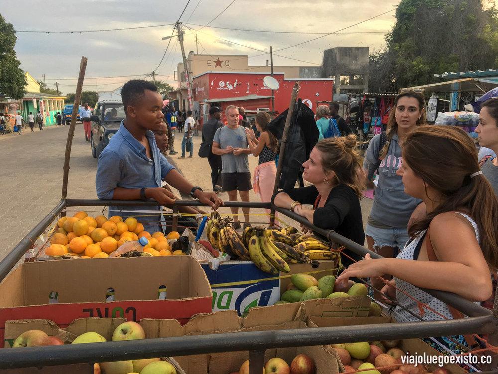 Comprando frutas en la calle, todo lo que ellos cultivan lo puedes conseguir muy barato