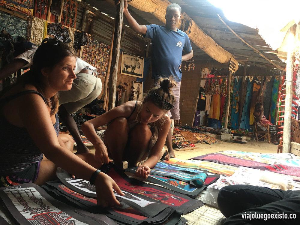 Comprando batiks en el mercado de artesanía de Tofo