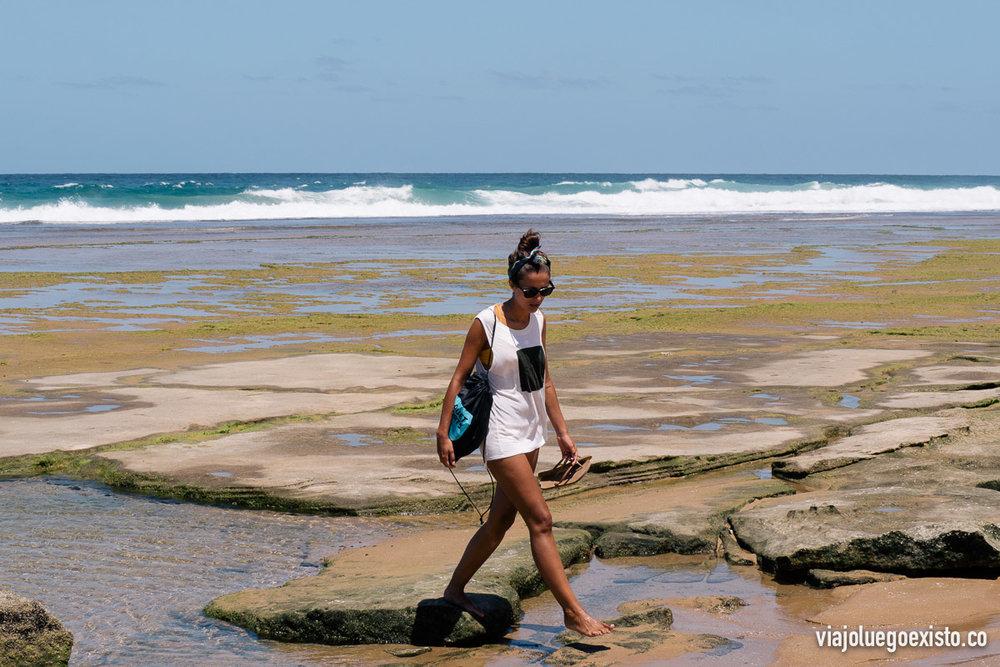 Lorena paseando por Tofinho con marea baja