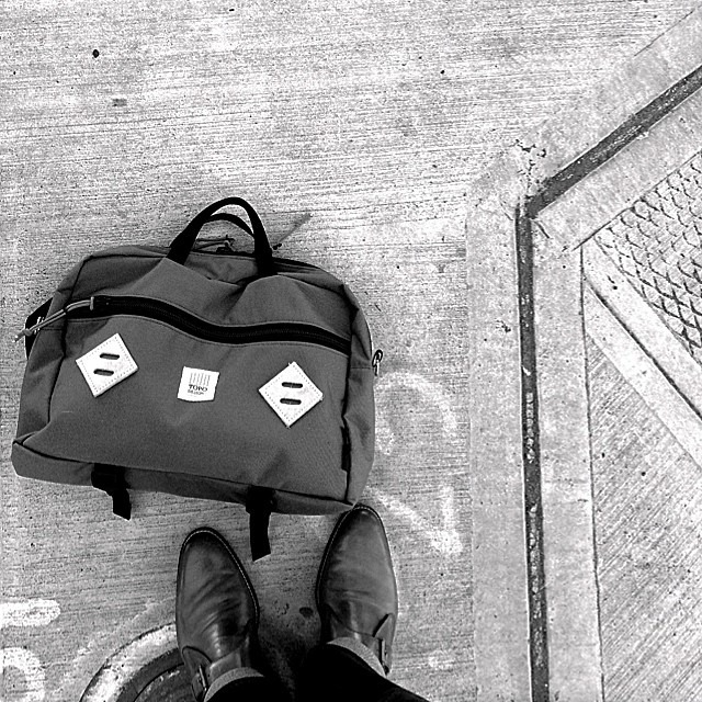 Stay! @topodesigns stay! Good boy @topodesigns, good boy! #topodesigns #mountainbriefcase (at Seattle,USA)