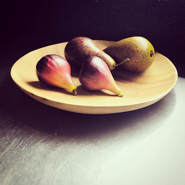 Still life with fruit... at today's Wilston install. #simplify #propertystyling #stilllife #details #photoshoot #kitchenstyling #homestaging #instastyle #figs #pears #woodenbowl #sunkissed - Photo @josiebowers_stylist 🍐