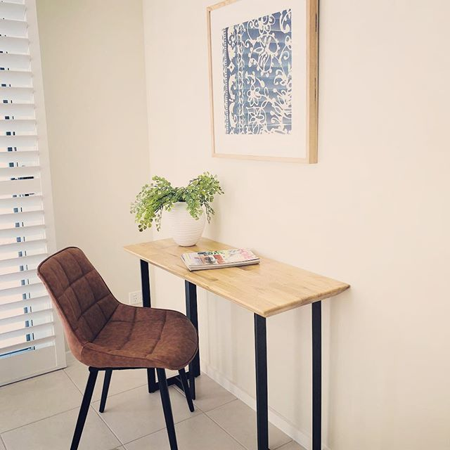 Always try to give extra spaces a purpose - like this empty corner in the family room at today's Forest Place install... #simplify #propertystyling #studynook #createpurpose #arthire #onthemarket #brisbanestyle #homestaging #interiors #brisbanestyle #brisbanepropertystyling #teamsimplify #homestagingbrisbane - Photo: @josiebowers_stylist