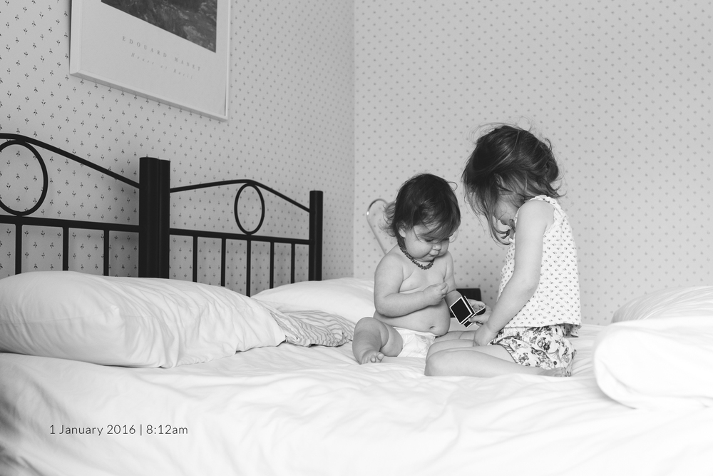 Family-photography-sisters-on-bed.jpg