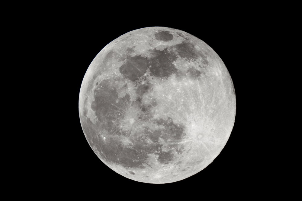 Full moon in summer!    Single shot at 1/1000 s - ISO 100 - @ 1920 mm - EOS 1200D + Dobson SkyWatcher 250/1200 f/5 - Mac OS + Canon DPP 4 - 5184x3456 px. Domagnano, Rep. of San Marino, 29 August 2015.