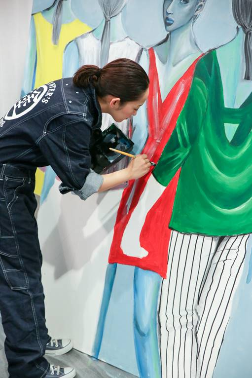 JAPANESE ARTIST, MOMOKO KATSURAGAWA, CREATED A NEW PAINTING IN THE JAPAN PAVILION AT THE SOURCING SHOW