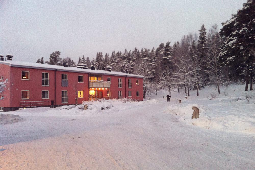 Solbergas kontor där bl.a. rektorn, elevhälsan, verksamhetschefenoch vaktmästarna har sina lokaler. På övervåningen är det hyreslägenheter för privatpersoner.