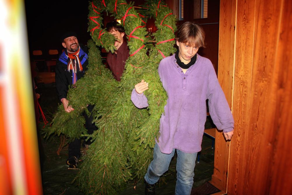 Då julbocken är klar ställs hanutanför Arken.