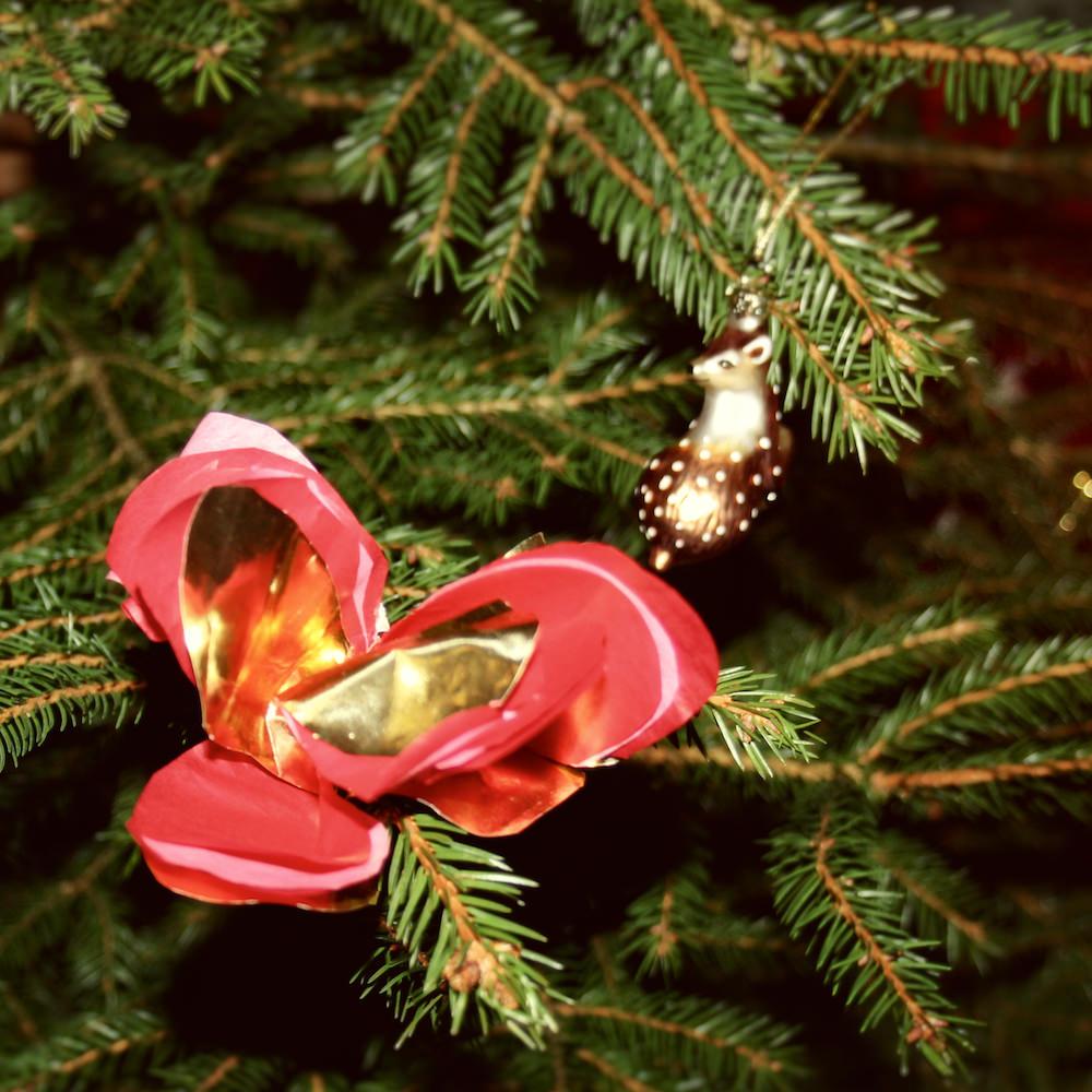 Julen närmar sig, granar kläs i alla elevhem, av barn och vuxna tillsammans.