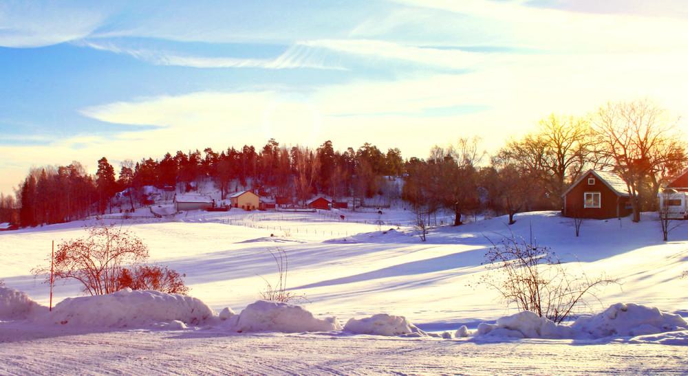 Det gula huset som ni ser längst bort är vårt stall. Solbergas område är stort, men du kan promenera överallt på mindre än en kvart. Promenader är en populär aktivitet här, även på vintern, men då lite längre än bara kring området. Det finns fina promenadstråk att välja bland.