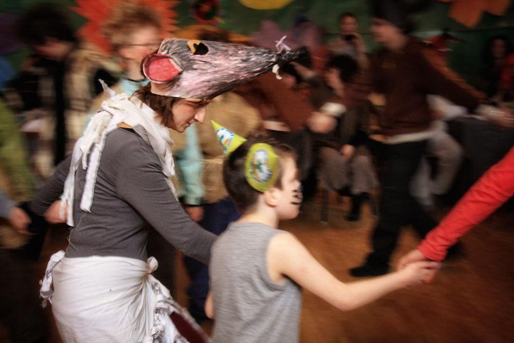 Barnen är en del av det hela och bjuds in av lärarna att varamed på olika moment i teatern. Berättaren inkluderar dem i sagan som spelas upp, genom att ställa frågor eller be dem hjälpa till med något. Ofta är det också en dans eller något annat som alla som vill kan vara med i.