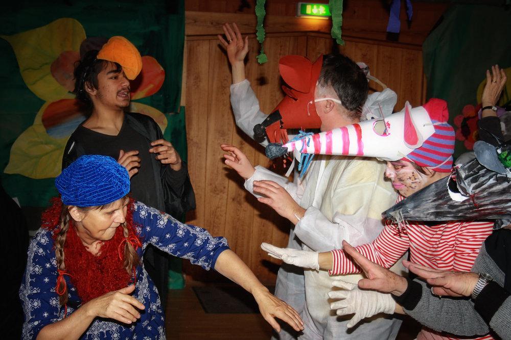 Teatern innehåller ofta någonting som är lite läskigt, och barnen måste rycka in för att rädda situationen.
