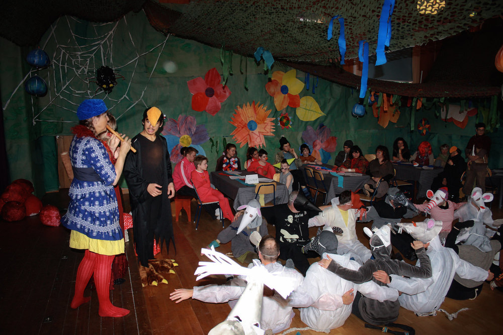 När teaternär slut äter vi lunch tillsammans vidborden som ställts uppi Arken för maskeraden. Elevhemmen har med sig mat som vi alla delar på.