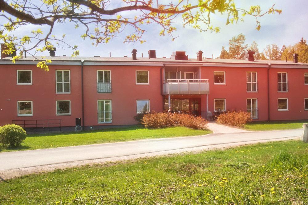 Solbergas kontorsbyggnad, somligger i utkanten av Solberga. Det är nära till allt här. Att ha skola och elevhem/fritids i samma by, med några minuters promenad emellan, är ganska unikt.