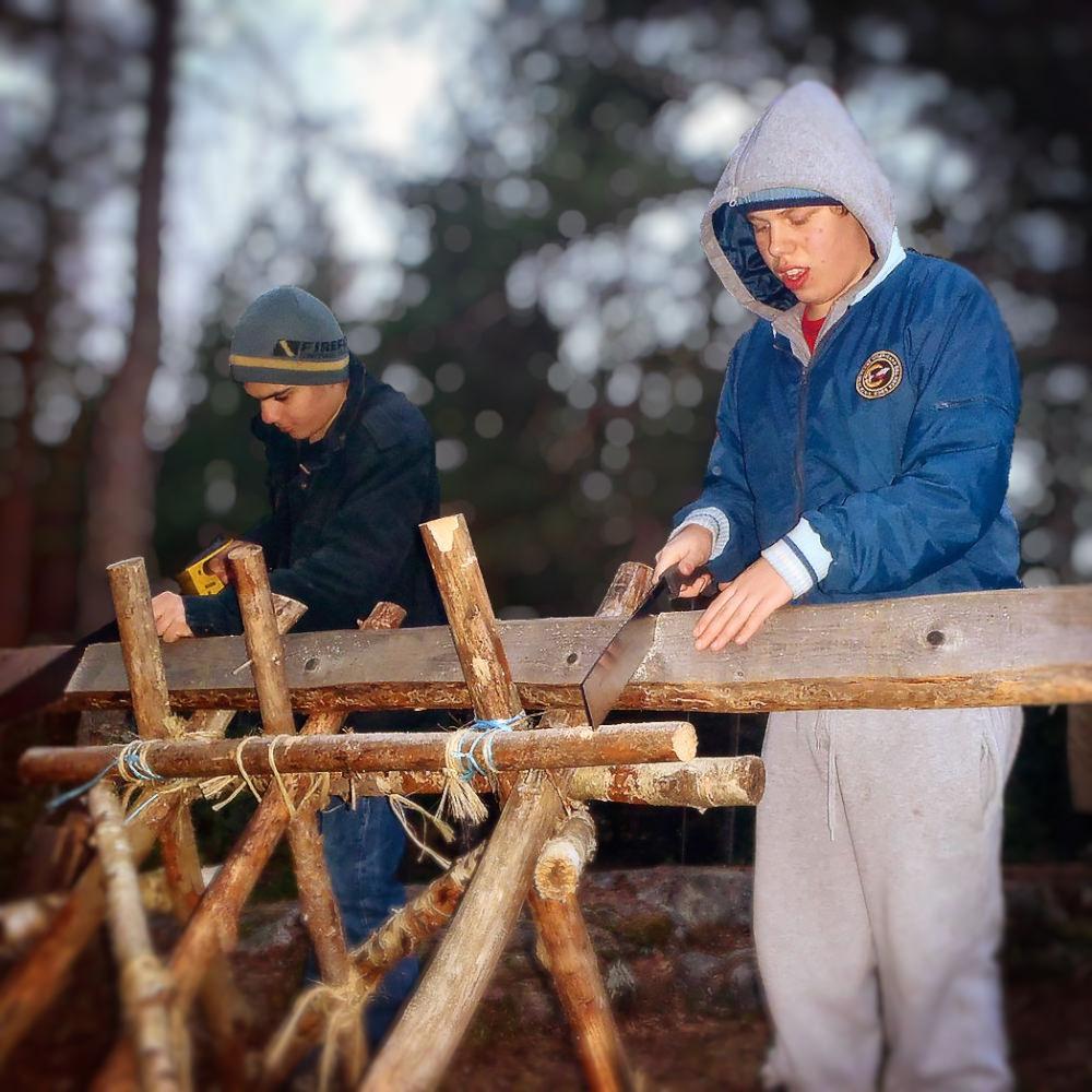 Arbete med att bygga vindskyddet och bordet nedan.