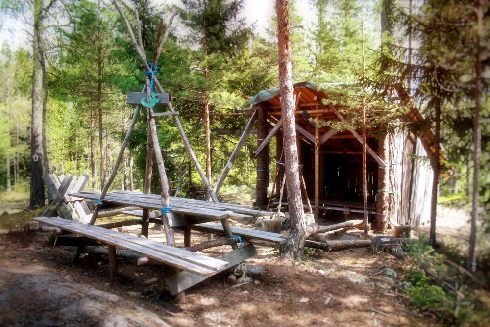 I skogen finns många möjligheter. Detta har en klass byggt och sedan haft lektioner och mellanmål här. För att alla ska hitta i skogen har en annan klass gjort skyltarna som märker ut stigarna. Ugglestigen, Vildsvinsstigen, Harstigen och Drakstigen. Figurerna är gjorda i lera som bränts.